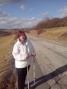 Ako sa prechádzam po našich kopcoch a trénujem nordic walking.