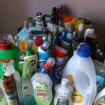 Čistiace prostriedky a kozmetika poukladané na kuchynskom stole