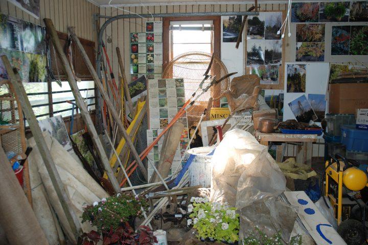 Neporiadok v garáži, veci bez usporiadania vyvolávajú pocit chaosu