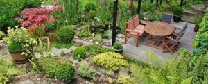 Posedenie na záhrade je relaxom a oddychom.