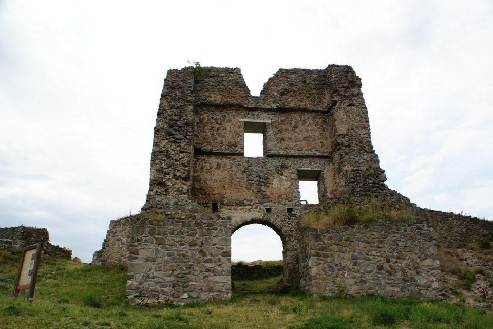 Vstupná kamenná brána na Pustý hrad.