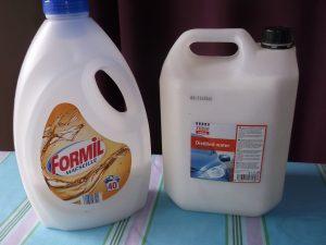 Prípravok na pranie uskladnený v plastových nádobách