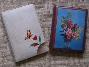 Dva pamätníčky. Ľavý je z roku 1945, pravý z roku 1977.