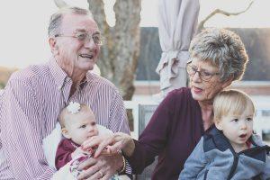 Starí rodičia so svojimi vnúčatami.