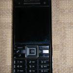 Starý mobil slúži ako budík.