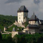 Pohľad na hrad Karlštejn a vysokou kamennou vežou - donjonom.