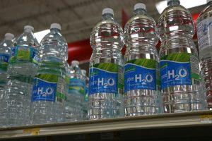 Voda balená v plastových fľašiach.